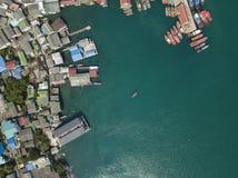 Barca di legno d'annata in mar dei Coralli Foto del fuco della barca immagini stock