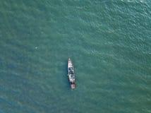 Barca di legno d'annata in mar dei Coralli Foto del fuco della barca fotografie stock
