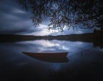 Barca di legno dalla riva del lago, Norvegia, bello tempo di autunno, acqua calma fotografia stock