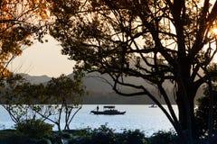 Barca di legno di ricreazione del cinese tradizionale con la gente Immagini Stock