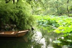 Barca di legno in lago con il grenery Fotografie Stock