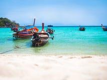 Barca di legno in mare del turchese e spiaggia di sabbia bianca Fotografia Stock Libera da Diritti