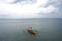 Barca di legno nell'oceano Fotografia Stock Libera da Diritti