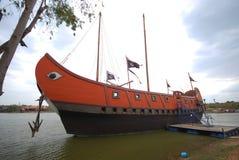 Barca di legno sul fiume fotografia stock