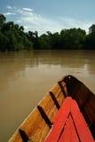 Barca di legno sul fiume marrone Fotografie Stock Libere da Diritti