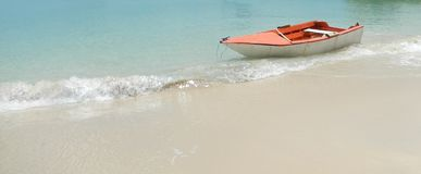 Barca di legno sulla bella spiaggia fotografie stock