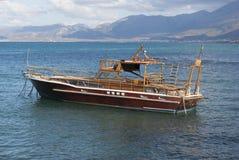 Barca di legno sulla costa dell'isola di Creta Immagini Stock
