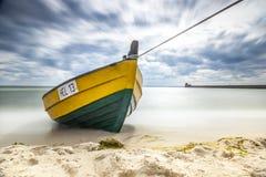 Barca di legno sulla riva baltica Fotografia Stock