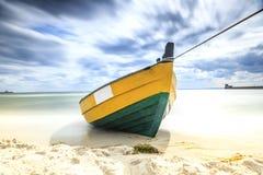 Barca di legno sulla riva baltica Fotografie Stock