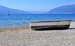 Barca di legno sulla spiaggia Fotografie Stock Libere da Diritti