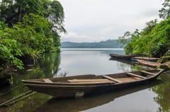 Barca di legno tradizionale del pescatore ancorata nel lago del cratere del MBO di Barombi nel Camerun, Africa immagine stock libera da diritti