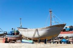 Barca di legno tradizionale nel porto di Essaouira, Marocco fotografia stock