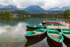 Barca di legno variopinta sul lago della montagna Fotografie Stock Libere da Diritti