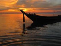 Barca di Longtail al tramonto Fotografia Stock