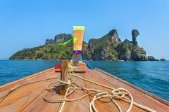 Barca di Longtail che guida all'isola del pollo Immagini Stock