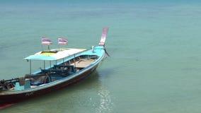 Barca di Longtail che non passa turisti nel mare sulla spiaggia tropicale video d archivio