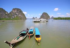 Barca di Longtail, cielo blu alla baia di phangnga Fotografie Stock Libere da Diritti