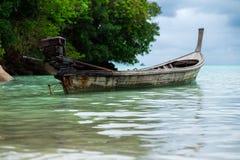 Barca di Longtail di parcheggio del pescatore sul mare basso abbia mare e Fotografia Stock Libera da Diritti