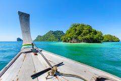Barca di Longtail in mare durante l'estate alla spiaggia di Aonang Fotografia Stock