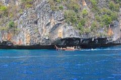 Barca di Longtail in mare, isola di Phiphi, Tailandia Fotografie Stock Libere da Diritti