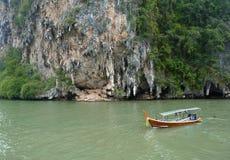 Barca di Longtail nella baia di Phang Nga Fotografia Stock Libera da Diritti
