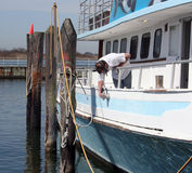 Barca di lucidatura dell'uomo fotografie stock