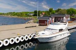 Barca di lusso attraccata al pilastro dell'isola di Hano fotografia stock libera da diritti