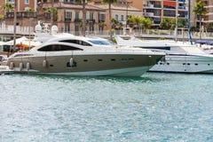 Barca di lusso messa in bacino a porto Immagine Stock