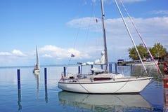 Barca di lusso sul lago da vendere Fotografie Stock Libere da Diritti