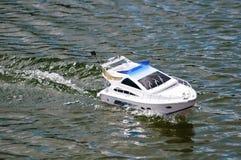 Barca di modello radiocontrolled elettrica Fotografia Stock Libera da Diritti