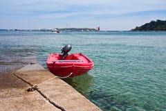 Barca di Mored al pilastro dall'alta marea in Francia Immagine Stock Libera da Diritti