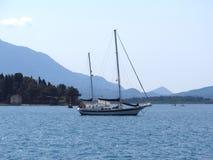 Barca di navigazione ad un mare aperto Immagini Stock