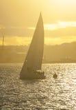 Barca di navigazione al tramonto Fotografia Stock