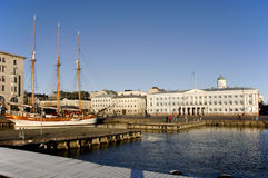 Barca di navigazione alberata tre in porto Helsinki Immagini Stock