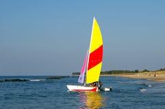 Barca di navigazione alla spiaggia. Fotografia Stock Libera da Diritti