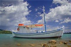Barca di navigazione ancorata alla spiaggia nell'isola di Corfù fotografia stock