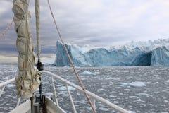 Barca di navigazione in Antartide Immagine Stock