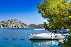 Barca di navigazione in baia croata Fotografia Stock
