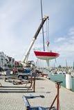 Barca di navigazione di sollevamento in acqua Immagine Stock Libera da Diritti