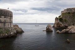 Barca di navigazione lungo le pareti di Dubrovnik Immagine Stock