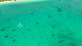Barca di navigazione in mare blu Isola Filippine di Boracay video d archivio