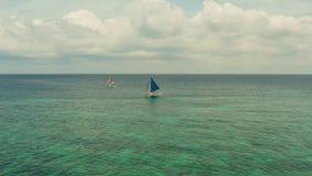 Barca di navigazione in mare blu Isola Filippine di Boracay archivi video