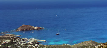 Barca di navigazione nel litorale della Corsica Immagini Stock Libere da Diritti