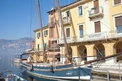 Barca di navigazione nel porto di Malcesine Immagine Stock Libera da Diritti