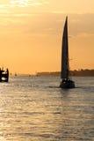 Barca di navigazione nel tramonto Fotografia Stock