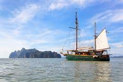 Barca di navigazione nella baia di Phang Nga, Tailandia Fotografia Stock Libera da Diritti