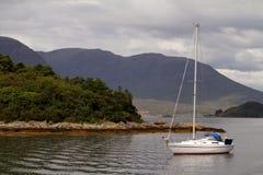 Barca di navigazione sul lago scozzese fotografia stock libera da diritti