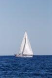Barca di navigazione sul mare Fotografia Stock