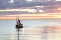 Barca di navigazione sul suo modo nel porto Immagine Stock