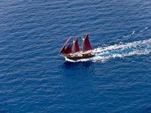 Barca di navigazione, vele rosse, aeree Immagine Stock Libera da Diritti